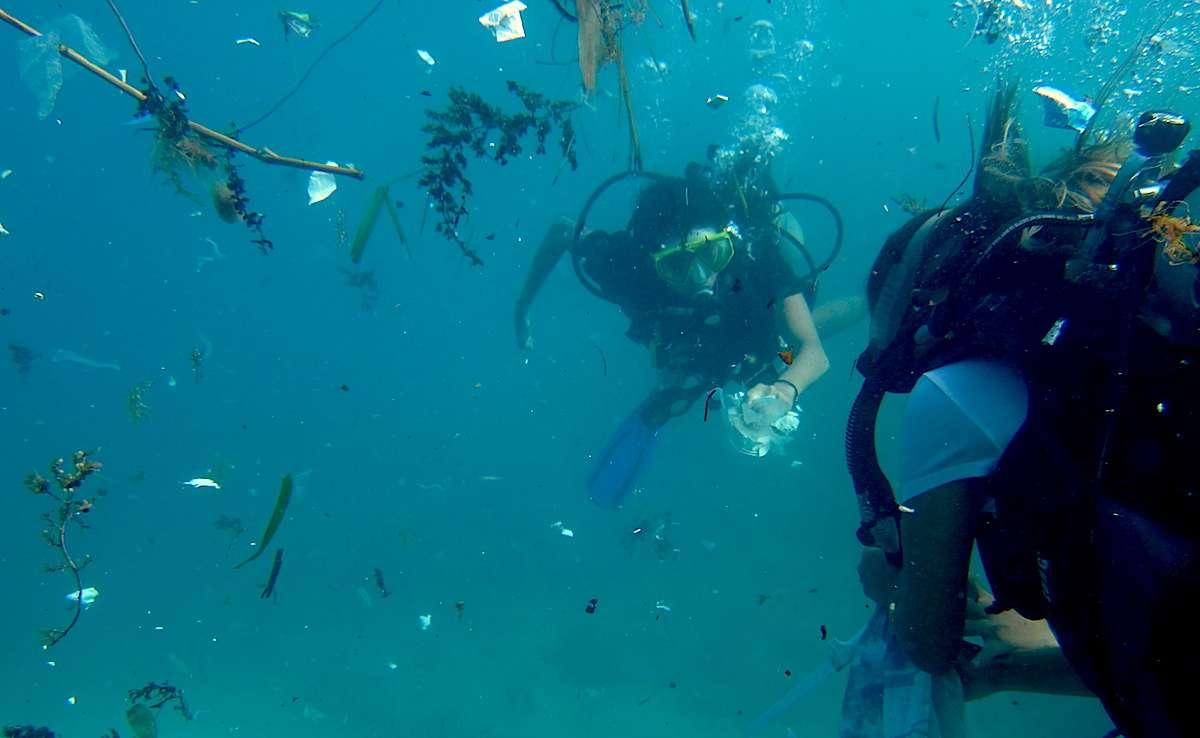 Водолази събират боклук под водата