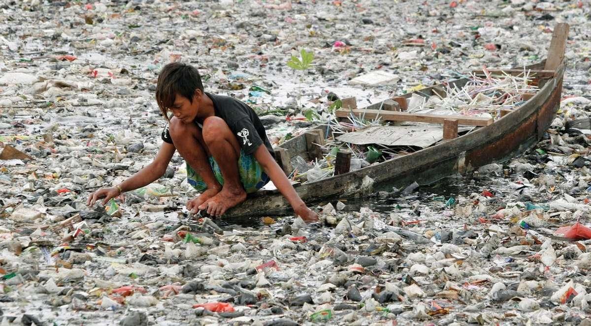 Пластмасови отпадъци във водата